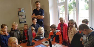 Przedszkolacy i uczniowie Szkoły Podstawowej z Biskupic Zab. odwiedzili Posterunek Policji