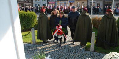 Mikstaczanie uczcili 101. rocznicę odzyskania niepodległości składając biało-czerwone wiązanki kwiatów pod pomnikiem na Rynku.