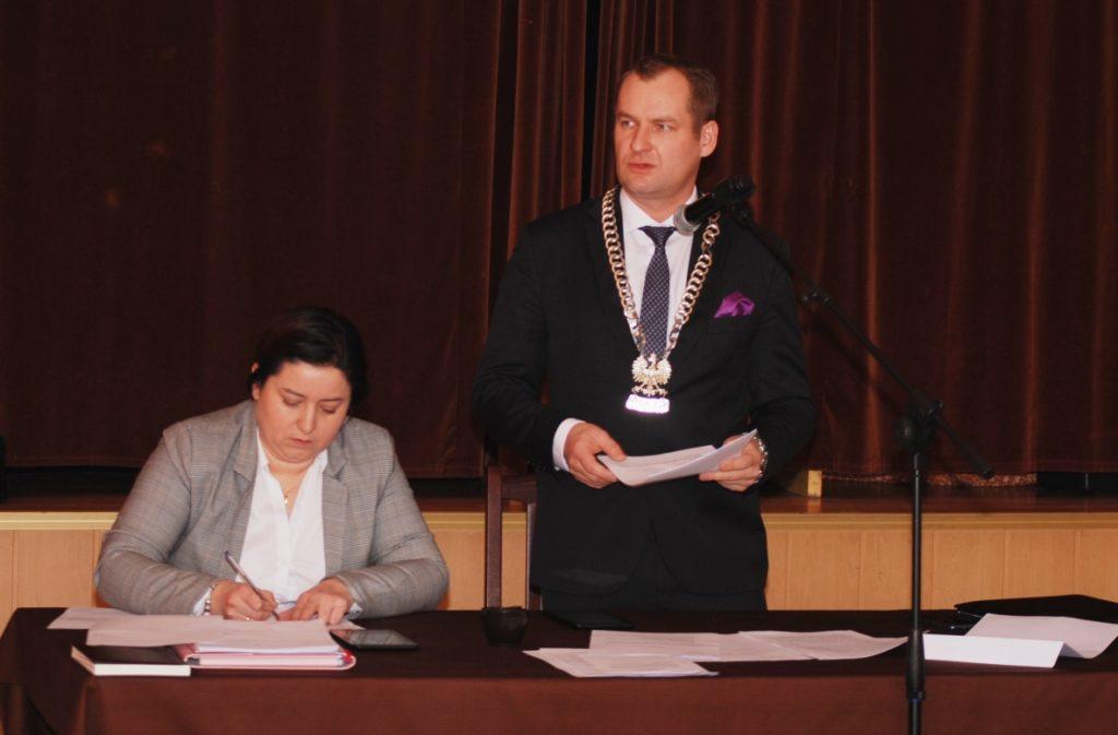Przewodniczący Łukasz Dybul (obok wiceprzewodnicząca Barbara Rasiak) odczytał interpelacje złożone przez radnych).